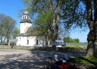 Hagebyhöga Kyrka (fin cykel i förgrunden)